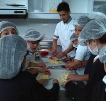 También practican la cocina con Jhon.