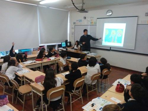 Don Ricardo Andrés Roa en plena exposición, auxiliado por una alumna en el ordenador.