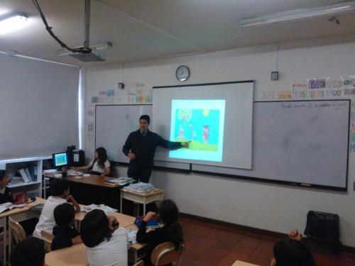 Don Ricardo Andrés Roa en plena exposición analizando diferentes gráficos.