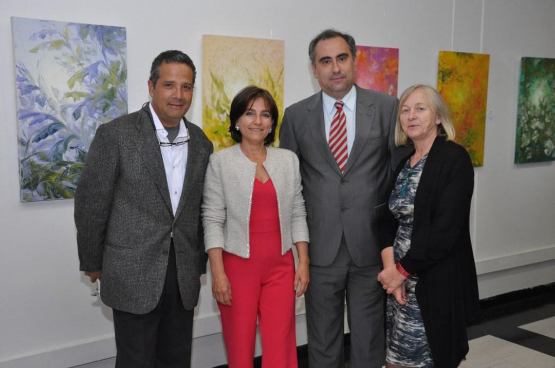 El pintor Diego Villegas junto a la pintora María Claudia López, el Rector del Centro Luis Fernández López y la Vicerectora Julieta Mrocek.