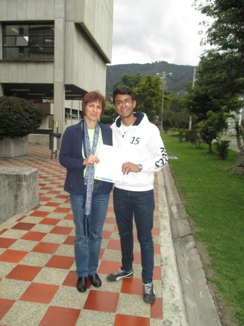 La profesora Isabel Hernández con el alumno  Luis Felipe Barreto Araujo.