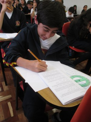 Un alumno trabajando en los ejercicios.