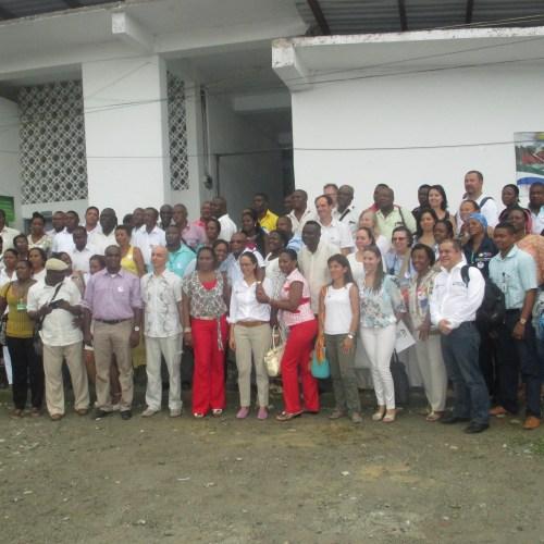 Doña Gina Parody Minnistra de Educación colombiana junto a su equipo de trabajo y un grupo de docentes de Centro educativos del Chocó.