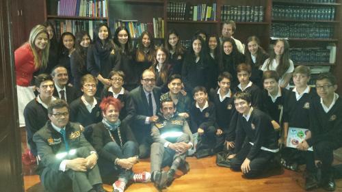 El grupo visitante junto al Don Ricardo Cañón, Personero Mayor de Bogotá.