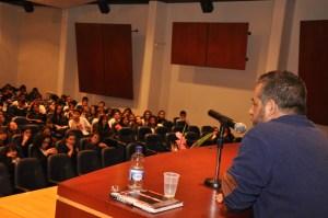 Mario Mendoza frente al auditorio.