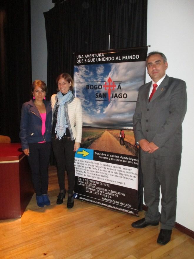 La Directora de Turismo de Galicia, Nava Castro acompañada de la pintora colombiana Claudia López y el rector del CCEE Reyes Católicos, Luis Fernández