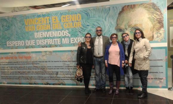 Los profesores Mariana Cecilia Castejón Puey, María Ángeles Morcillo Carmona, Julio Manuel Pérez Fraile y sus acompañantes en la entrada de la exposición.