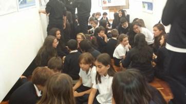 Diferentes grupos de alumnos exponiendo diferentes temas a los más pequeños.