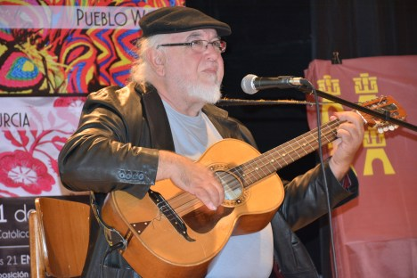 Manuel Luna arrancado alegres sones de su guitarra mayor.