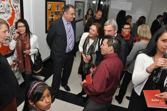 El Cónsul General de España en Bogotá, Rafael Dezcallar y el Rector Don Luis Fernández López departiendo con los artistas.