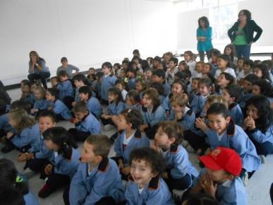 El pequeño auditorio atento a las historia contada por la autora.