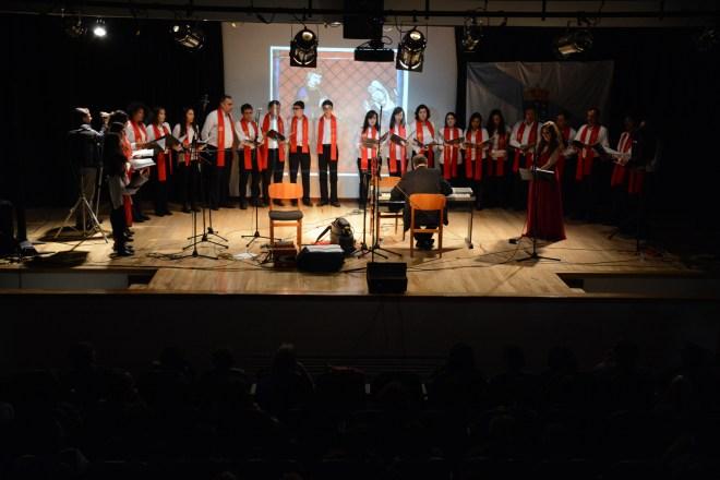 Paula Rey y el Coro Reyes Católicos interpretaron Unha noite na eira do Trigo, Bieito Romero acompañó con la gaita