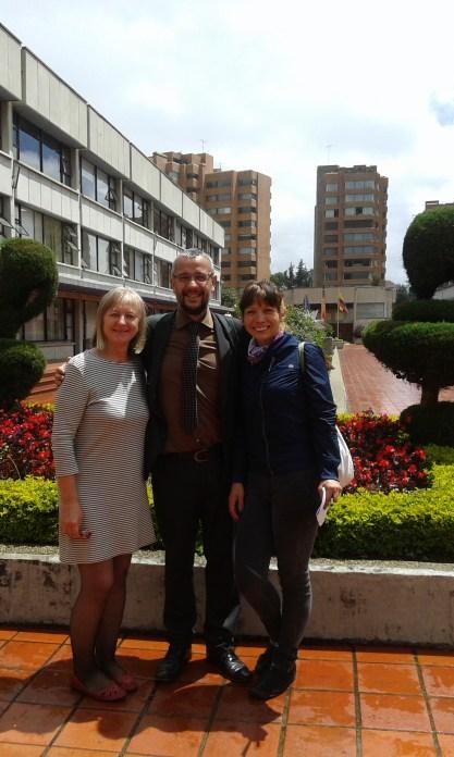 De blanco, la Viderectora Julieta Mzrocek, el profesor Julio M. Pérez y la coordinadora del Museo de Arte Moderno de Bogotá Catalina