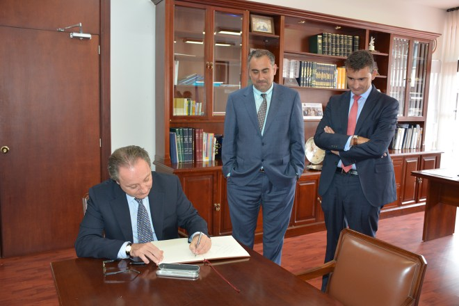 El nuevo Cónsul firmó el Libro de Honor del CCEE Reyes Católicos