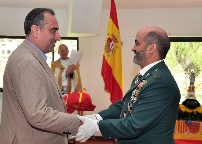 El Teniente Eugenio Ángel Rafael hizo entrega de un tricornio al CCEE Reyes Católicos, en manos de su Rector Luis Fernández