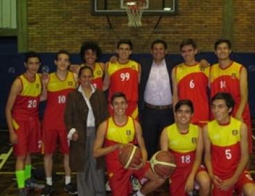 El equipo con la entrenadora Andrea M. Yate.