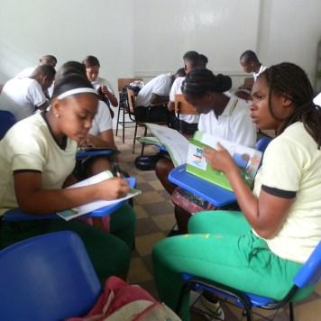 Estudiando en un salón o aula