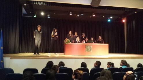 Alumnado de 1º de Bachillerato mostrando las actividades del Reyes que consideran más significativas