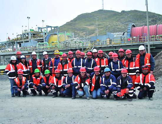 Grupo de trabajadores de una minera que cumple con estandares de seguridad