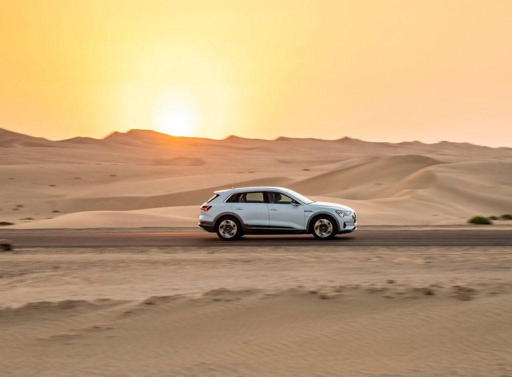 Audi-e-tron-2020 de lado ao pôr do sol