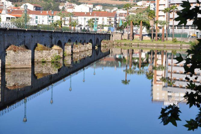 O Passeio Portugal Norte-Sul vai começar com esta paisagem: o espelho de água do rio Tua, diante do centro da cidade de Mirandela!
