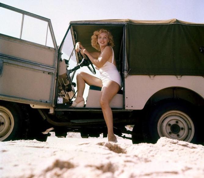 Marilyn Monroe ao volante de um Land Rover Series II em 1957
