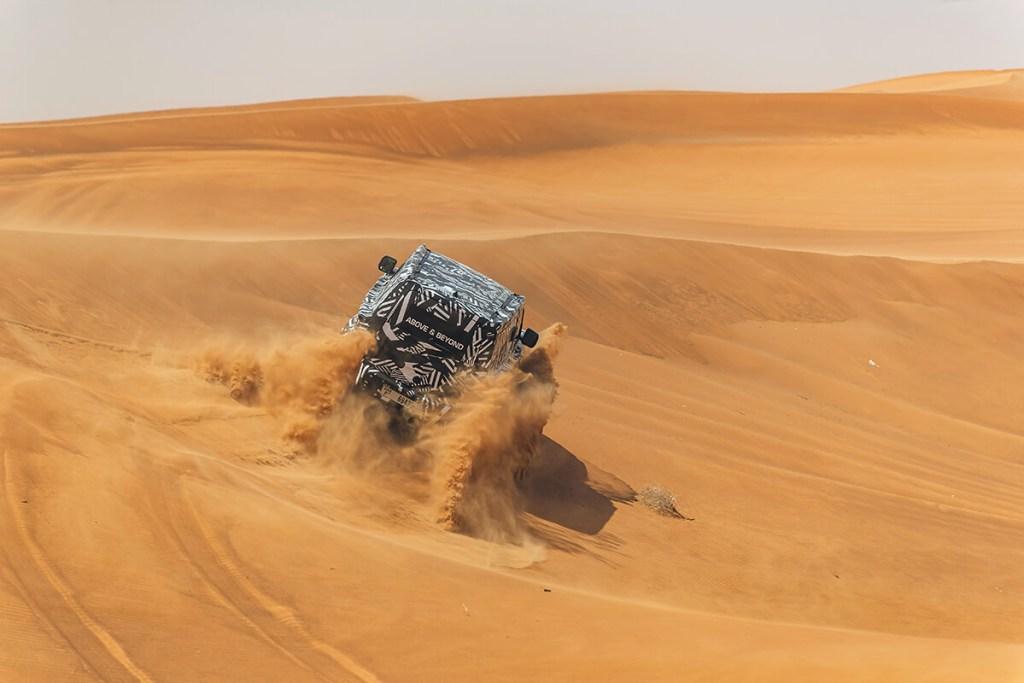 Em areia, no Dubai, com o novo Defender