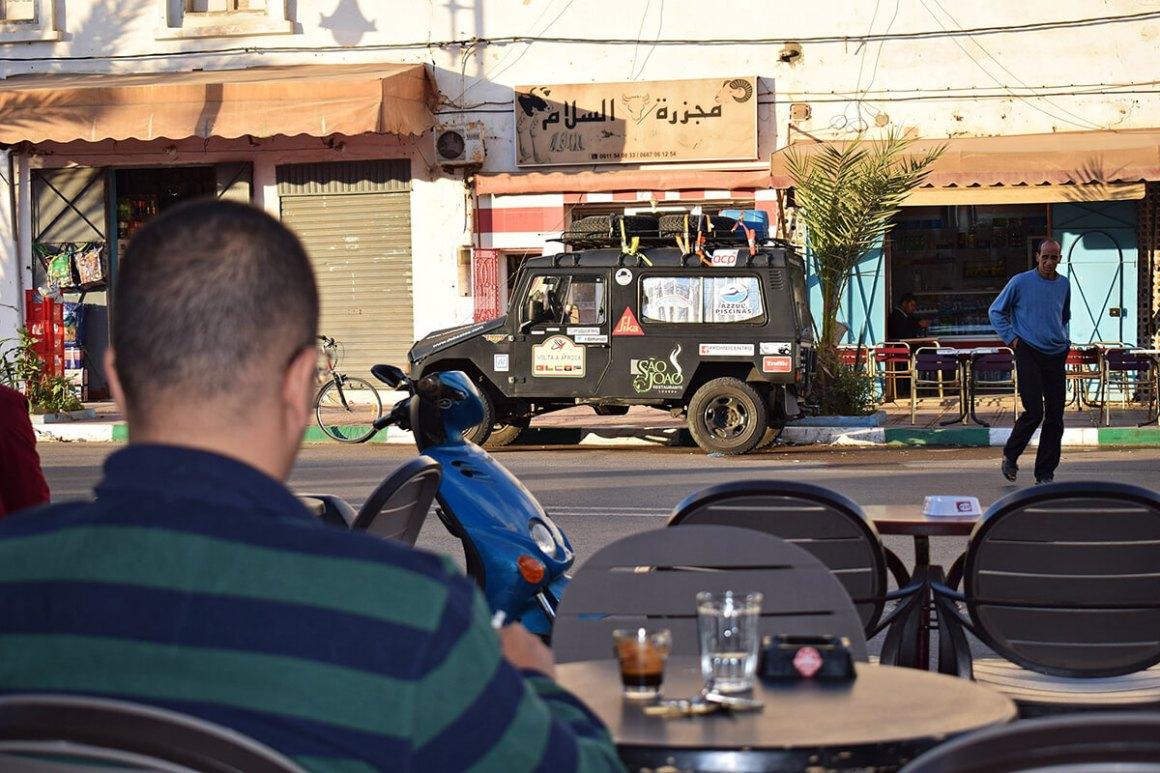 Na esplanada do café, em Tan-Tan