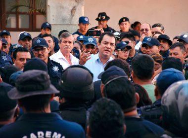 Policías de Oaxaca de Juárez frente a la autoridad municipal