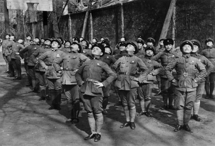 Hankow, China, 1938. Jóvenes mujeres recibiendo entrenamiento para el ejército nacionalista. Magnum Photos.
