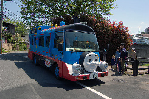 Autobuses Escolares en Japón - Locomotora Thomas