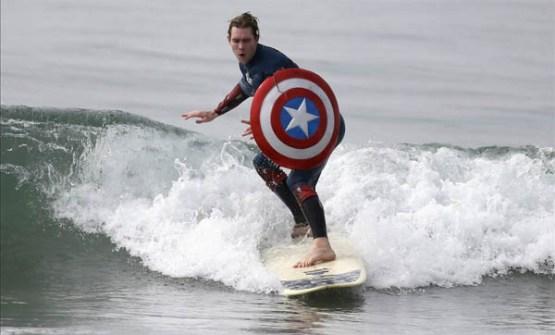 Campeonato de Surf en Santa Mónica por Halloween- Surfista disfrazado de Capitán América