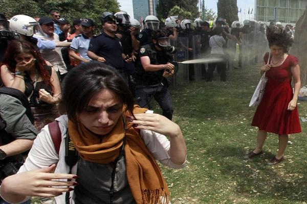 Las Imágenes más Sobrecogedoras de 2013 - Gases lacrimógenos en Turquía