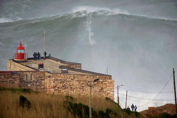 Las Imágenes más Sobrecogedoras de 2013 - Garret McNamara intenta el Guinness mundial de Surf en Nazaré, Portugal