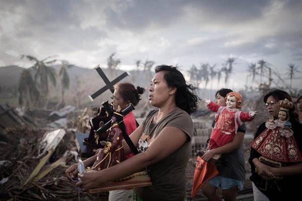 Las Imágenes más Sobrecogedoras de 2013 - Supervivientes del tifón Haiyan de Filipinas.