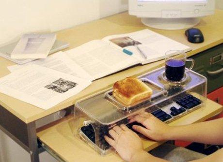 15 Inventos Extraordinarios para tu Casa - Mesita salva teclado de migas y goteos.