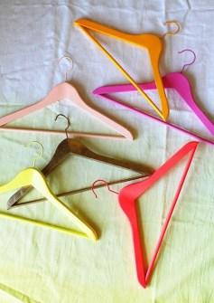 Trucos para Organizar Fácil tus Cosas - Usar perchas de colores para distinguir la ropa por temporada