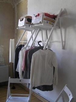 Trucos para Organizar Fácil tus Cosas - Hacer un vestidor casual con sillas de madera plegables