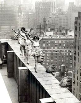 Fotografías Vintage que ya no se volverán a Repetir - Bailarinas de Ballet en la cornisa de un rascacielos