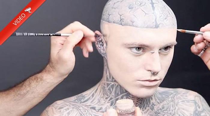 Chico tatuado maquillado para tapar sus tatuajes.
