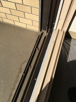 窓サッシ汚れ