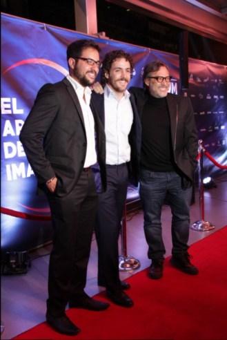 Saúl Masri 1er lugar del Concurso de Cortos de FICJM acompañado de su productor Enrique Ramírez y el cineasta y productor Simón Bross.