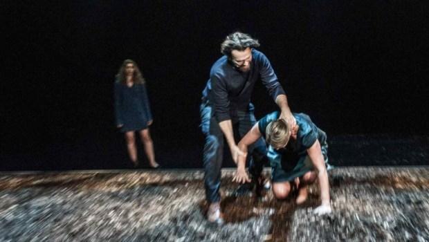Et av de mer fysiske øyeblikk i stykket. Foto: Erik Berg