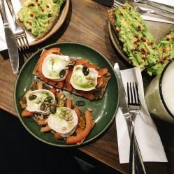 Travelguide Berlin: Avocadobrot und Ziegenkäse im East & Eden in Mitte