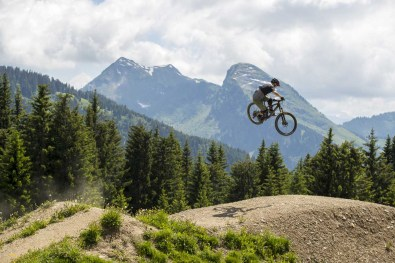 Luca Shaw launches the classic Super Morzine table