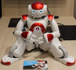NAO, le robot humanoïde français développé par la société Aldebaran Robotics. Il est autonome et programmable.