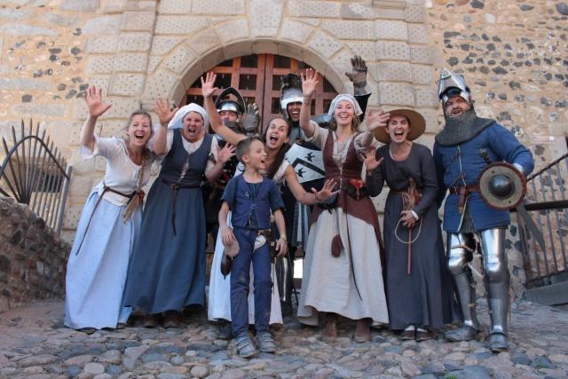 des personnes portant des costumes historiques du moyen-âge devant le château de Chazey sur Ain