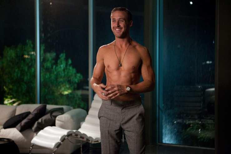 Ryan Gosling, à moitié nu dans un luxueux salon