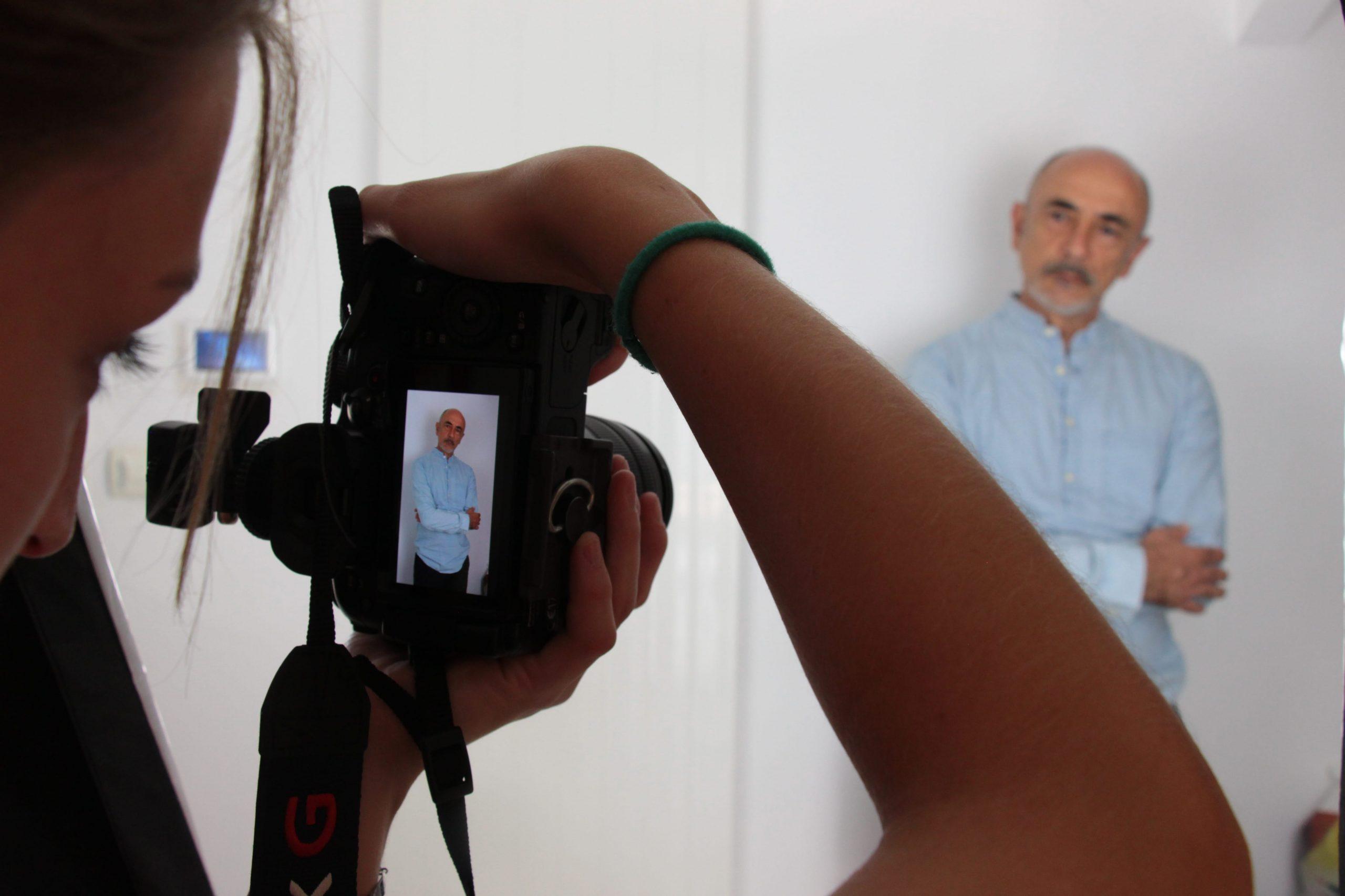 Photo du tournage sur la 3e corde : Elise Faenze prend Pascal Lacroq d'Iverness en photo