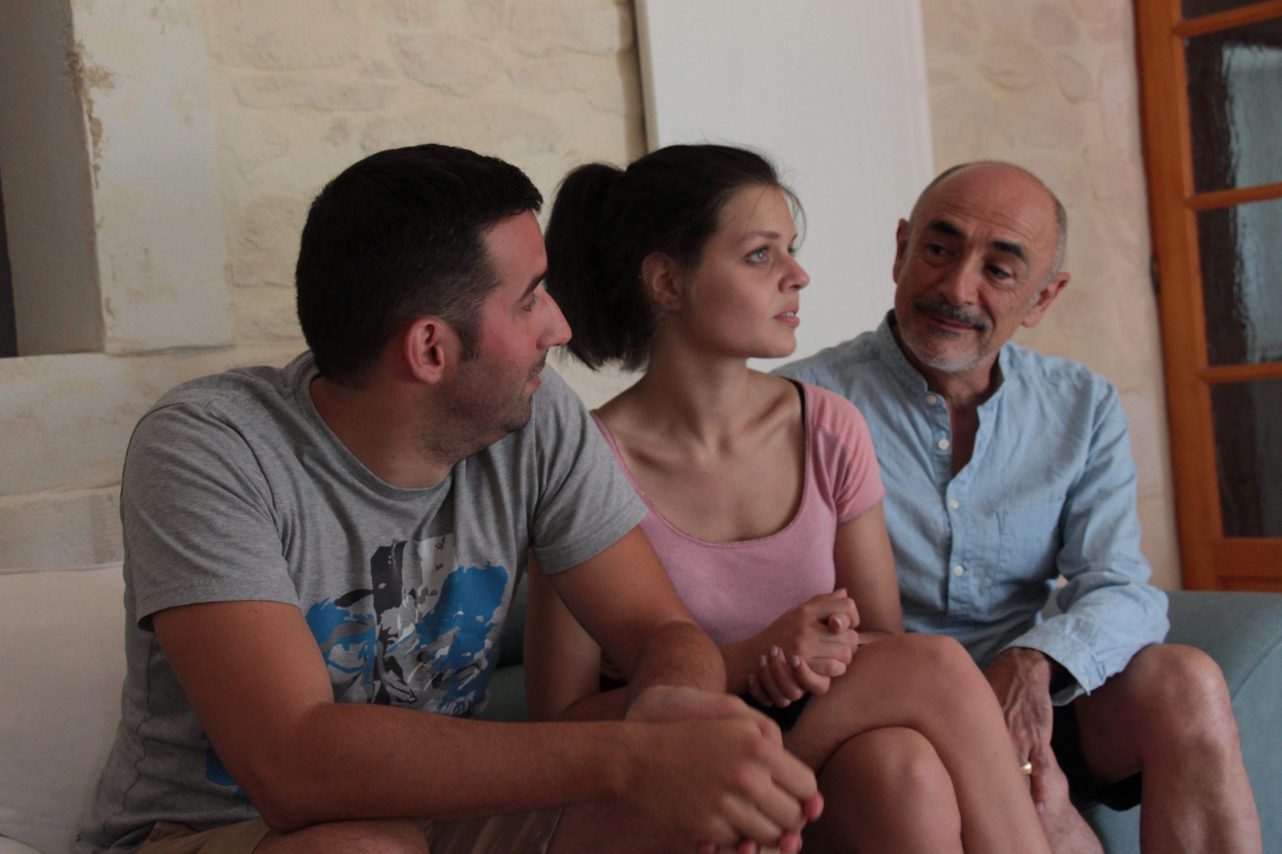 Lionel Del Vala, Hannah Maillard et Pascal Lacroq d'Iverness assis sur le canapé, discutant